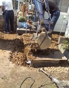 砂利を敷いてならします